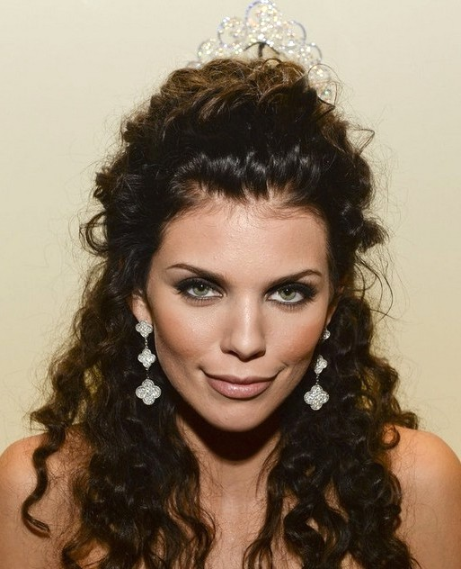 2014-AnnaLynne-McCord-Hairstyles-Half-Up-Half-Down-Hairstyle